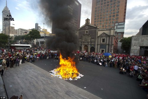 2918ECC100000578-3098775-Demonstrators_burn_election_posters_after_a_march_in_Mexico_city-a-20_1432715462611